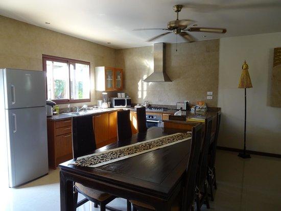 Sibaja Palms Sunset Beach Resort: Kitchen/dining