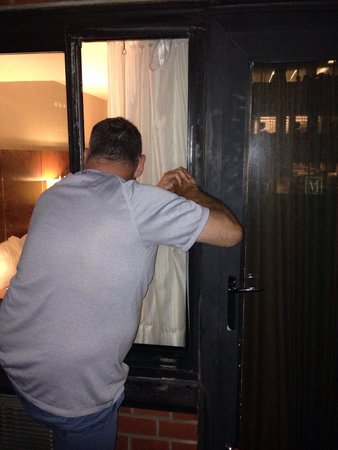 The Manhattan at Times Square Hotel : Balcony door wouldn't open (room 525) maintenance couldn't fix so we used the window to gain acc