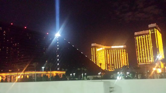 Luxor Hotel & Casino : The Luxor at night