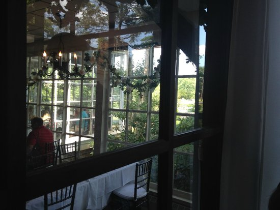 The Historic Smithville Inn : view into the main buffet area and outside