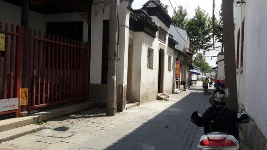 Wu MenRen Jia (Pan Ru Xiang) : 獅子林后巷的餐厅,兩年前朋友帶我來過。味道不错,價格高。附近又臭又乱,夏天來,走在附近,就是一陣陣惡臭。附近一大堆介绍停车的,賣票的,千万别上當,也别相信,更别回話。