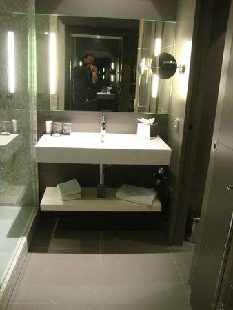 Barceló Hamburg: A la izquierda la ducha luego del cristal las camas