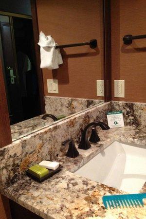 Bishop Creekside Inn: Bath room: Sink area outside bath room