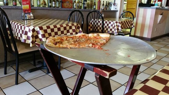 Cafe Tamburelli's: Great pizza and friendly attentive service!