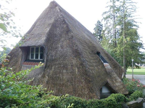 Park im Gruene: Straw-roof house