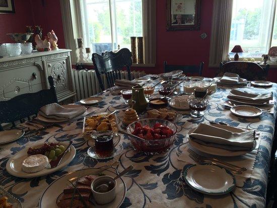 Gite Le Presbytere : Table du petit déjeuner