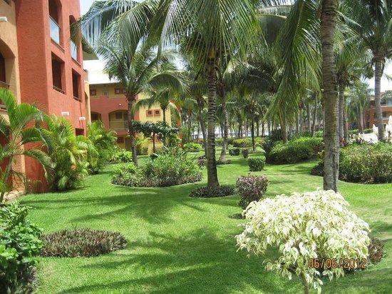 Barcelo Maya Tropical : jardines que rodean las habitaciones