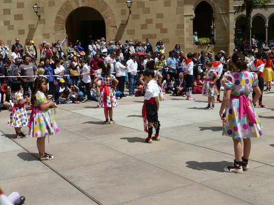 Barcelona Turisme - Afternoon in Montserrat Tour : Children performing in the dance competions