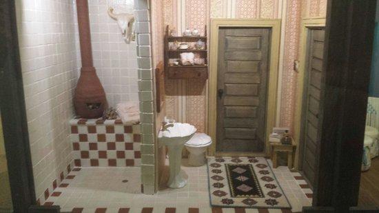 The Mini Time Machine Museum of Miniatures : bathroom...so cute