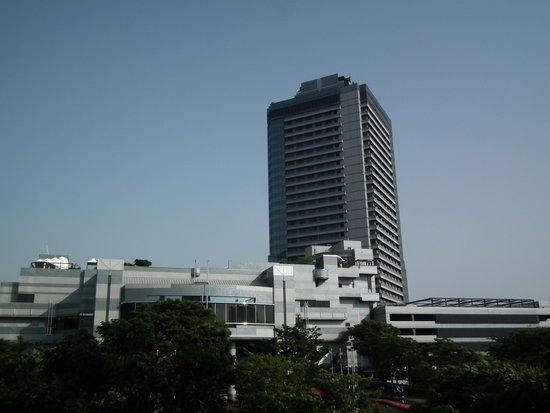 Hyatt Regency Osaka: ホテル正面