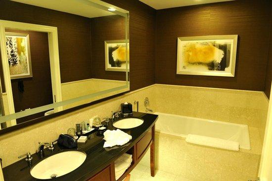 JW Marriott Chicago: The bathroom