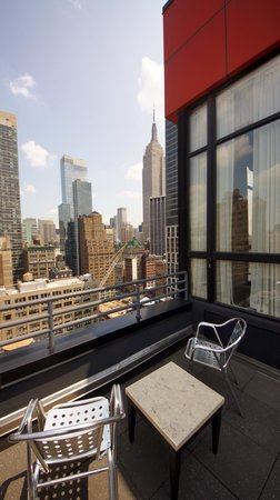 Doubletree Hotel Chelsea - New York City : View of the Empire State with seating on Balcony