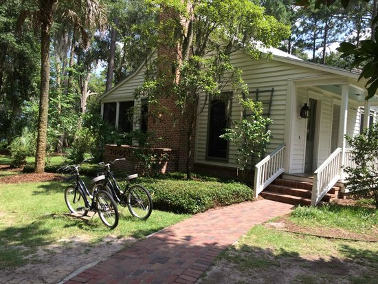 Montage Palmetto Bluff: Bikes in front of Cottage