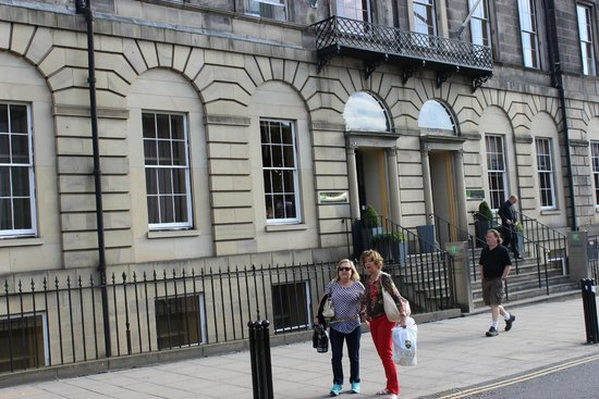 Holiday Inn Express - Edinburgh City Centre: Em frente ao hotel
