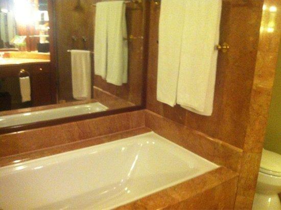 Sheraton Imperial Kuala Lumpur Hotel : Bathroom of room 2709