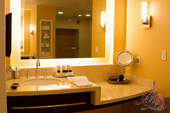 Agua Caliente Casino Resort Spa: Dual sink with vanity area