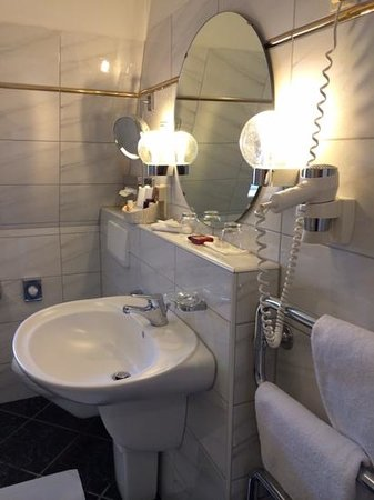 Hotel Eisenhut: Bathroom