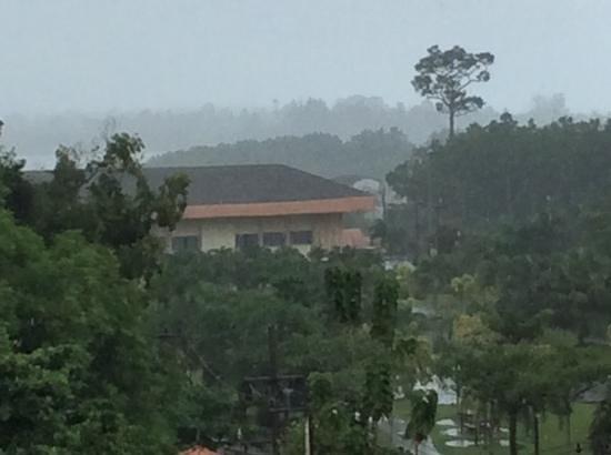Dee Andaman Hotel: Zicht uit hotel tijdens een tropisch buitje!
