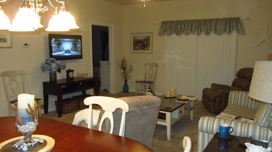 Barefoot Resort: Living Room