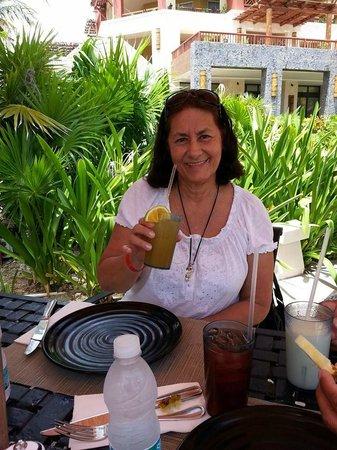 Villa del Palmar Cancun Beach Resort & Spa: desayunando en areas del Hotel.