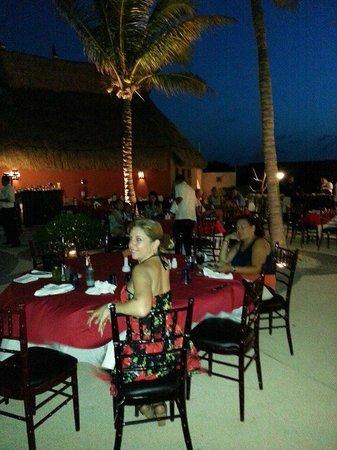 Villa del Palmar Cancun Beach Resort & Spa: Buffet al aire libre.