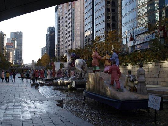 Cheonggyecheon: Static figure displays