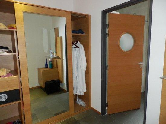 Riberach Hotel Cave-Restaurant: salle de bain et rangements