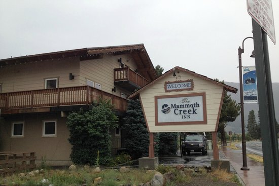 Mammoth Creek Inn: Outside of motel, side that faces Old Mammoth Rd