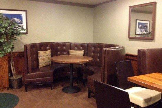 Mammoth Creek Inn: Breakfast room