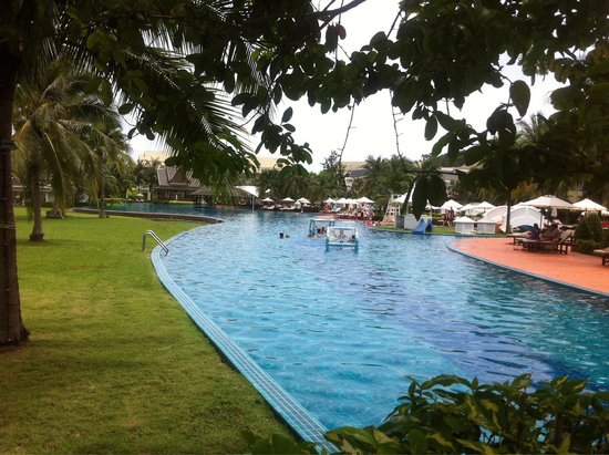 Sofitel Krabi Phokeethra Golf & Spa Resort : Hotel's grounds swimming pool 220m long.