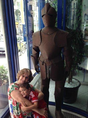 Hotel Königswache: A armadura na entrada do hotel encantou meu neto, que foi me visitar quase todos os dias.