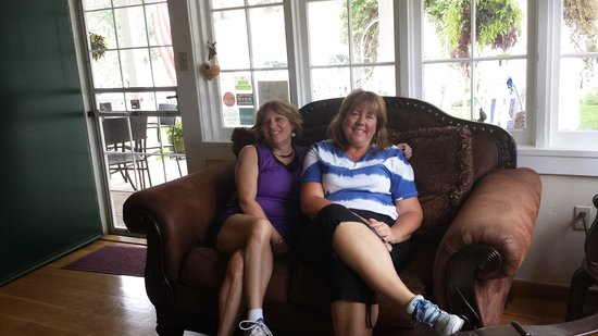 Prescott Pines Inn Bed and Breakfast: Friends filled to the brim after breakfast