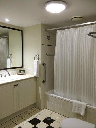 Mantra Esplanade Cairns: Bathroom