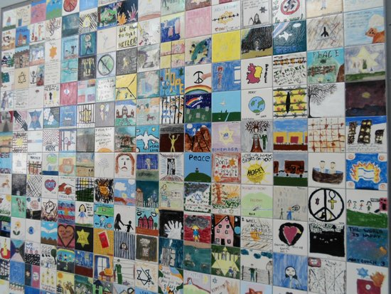 Museo Memorial del Holocausto de Estados Unidos: Desenhos deixados pelas crianças que visitam o museu