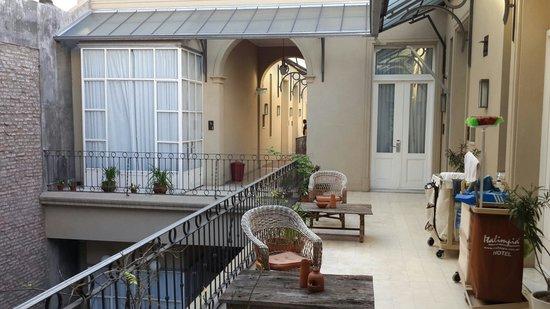 Hotel Patios De San Telmo: Patio interno desde el primer piso.