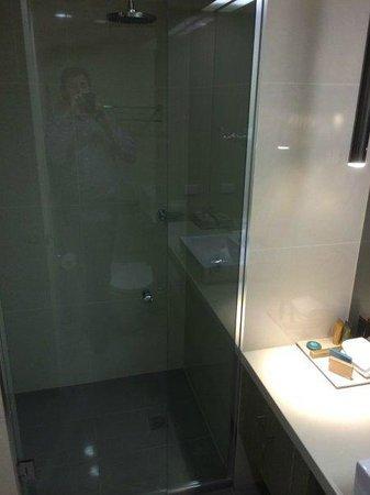Best Western Premier Hotel 115 Kew : Bathroom with separate shower