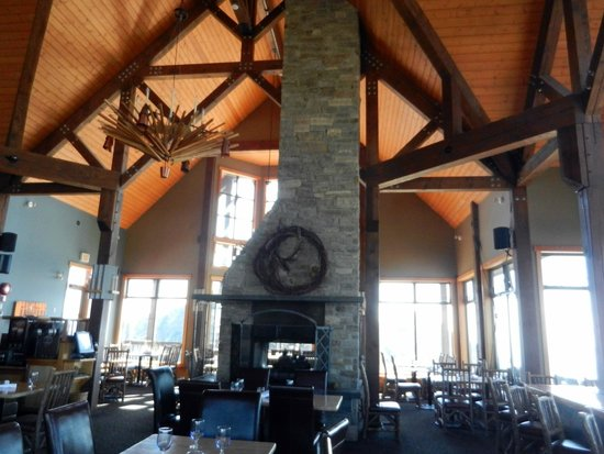 Eagle's Eye Restaurant - Kicking Horse Mountain Resort: inside dining room