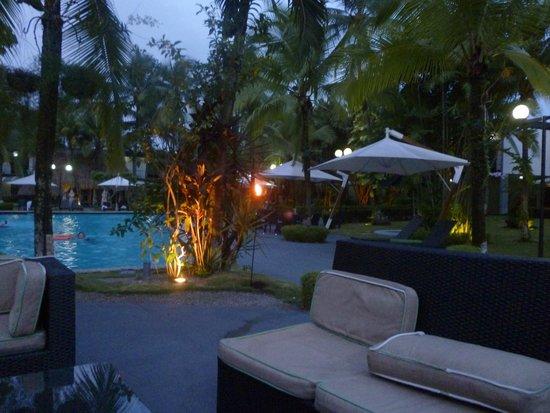 Riande Aeropuerto: La piscina al anochecer
