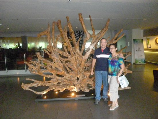 Riande Aeropuerto: Lobby -al fondo raíz de Thailandia del Sunami de 2009