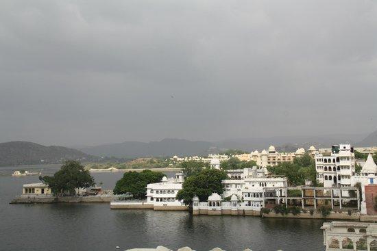 Jaiwana Haveli : lake view from rooftop restro