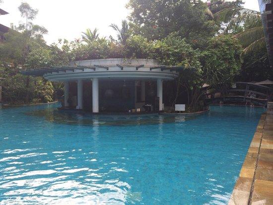 Padma Resort Legian: lagoon pool bar