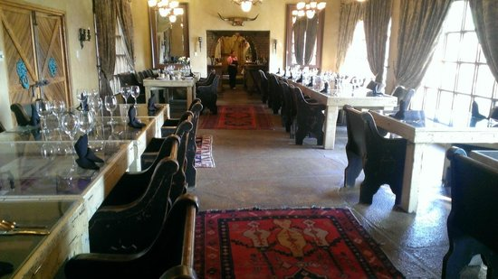 Trois Estate at Enchanted Rock: Breakfast is served