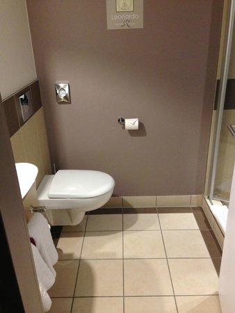 Leonardo Royal Hotel Berlin Alexanderplatz: The bathroom. Had no issues using this contraption.