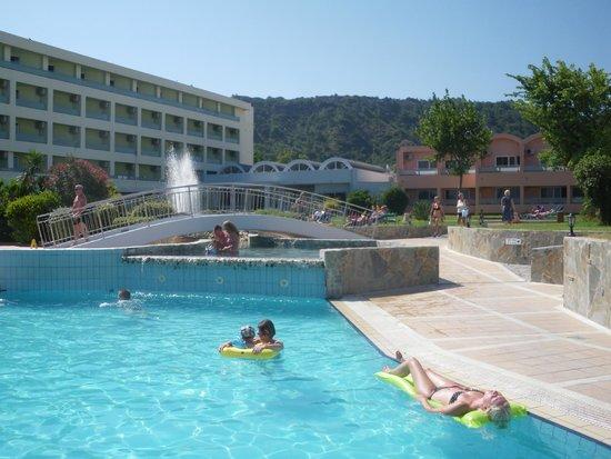 Avra Beach Resort Hotel - Bungalows : Vue de la Piscine coté montagne