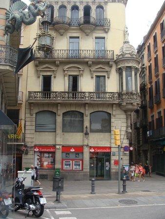 Hotel Ingles: справа - улочка Bokeria, на которой расположен отель. Он будет слева через 50 метров