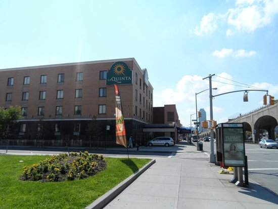 La Quinta Inn Queens New York City : Rua hotel com Manhattan ao fundo