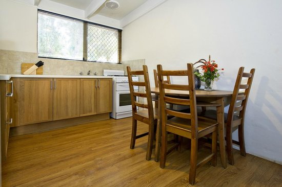 Peppermint Brook Cottages: Dining & kitchen