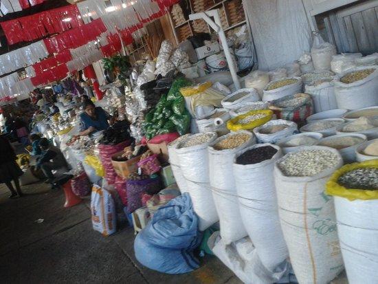 Mercado Central de San Pedro : Además un hermoso entorno donde podemos conocer productos usados por la comida local
