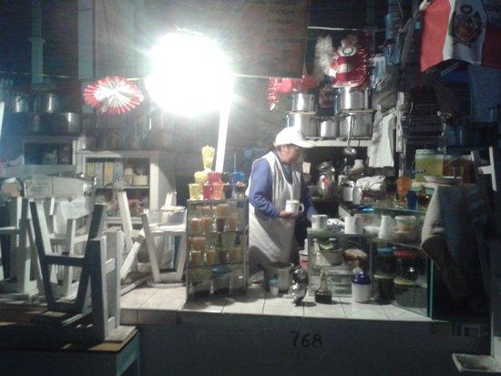 Mercado Central de San Pedro : Un rico té, café o leche chocolatada y pan con palta, queso o huevo encontramos aquí