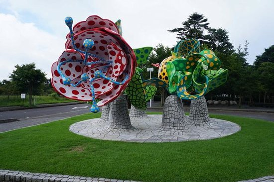 Kirishima Open-Art Museum : 入口の草間彌生の シャングリラの森